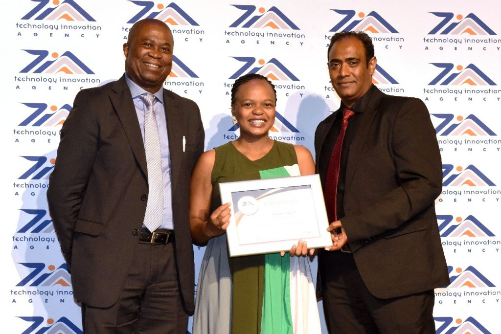 Benedicta Mahlangu receives prize at GCIP-SA dinner